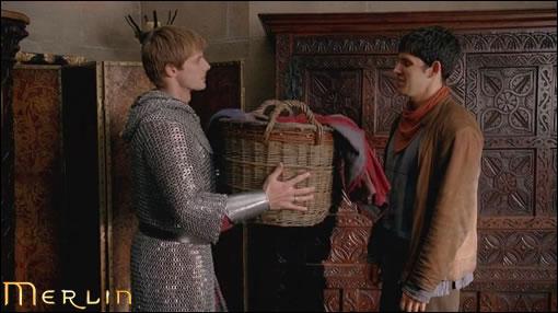 """Pendant ce temps Arthur et Merlin ne se doutent de rien et vivent paisiblement leur vie de charmant petit couple """"Chéri, voilà la lessive de la semaine"""", """"Aucun problème mon coeur"""" (hein ? Comment ça j'ai pas les bons dialogues du tout ?! Vous m'en voyez très surprise là ! o_O)"""